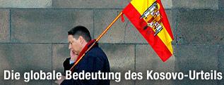Mann mit spanischer Flagge