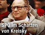 Bruno Kreisky mit roter Nelke