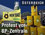 Aktivisten von Greenpeace bei einer Aktion vor einer BP-Tankstelle