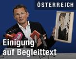 """Der kaufmännische Direktor des Leopold Museums, Peter Weinhäupl, mit einem Faksimile des """"Bildnis Wally"""""""