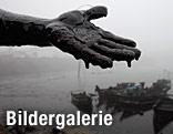 Ölverschmierte Hand