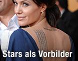 Angelina Jolie zeigt ihre Tätowierung am Rücken