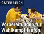 ÖVP-Mitarbeiter befüllen Sackerl mit Werbematerial.