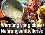 Eine Schüssel mit Reis wird an Frauen aus Bangladesch verteilt.