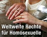 Zwei Frauenhände mit Ringen