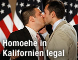 Homosexuelles Paar küsst sich
