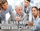 Chef mit Mitarbeitern