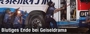 Polizisten stürmen Geiselbus
