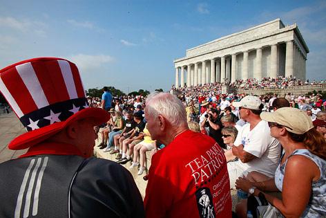 Menschen blicken auf das Lincoln Monument in Washington