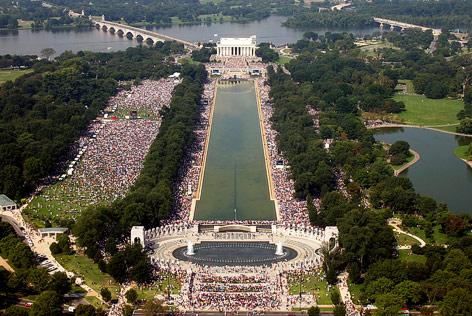 Blick auf das Lincoln Monument und den Reflecting Pool in Washington