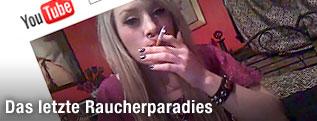 Scrennshot mit rauchender Frau