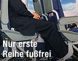 Seitenansicht einer Sitzreihe im Flugzeug