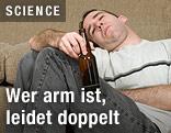 Mann mit Alkoholflasche