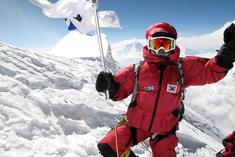 Die südkoreanische Bergsteigerin Oh Eun Sun im April 2010 auf dem Gipfel der Annapurna