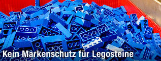 Lego-Bausteine in einem Behälter
