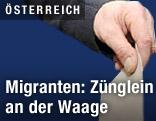 Hand mit Wahlzettel