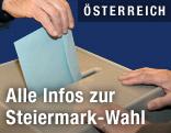 Mann wirft Wahlzettel in Urne