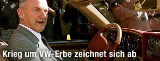 Ferdinand Piech, Aufsichtsratsvorsitzender der Volkswagen AG sitzt in einem Auto