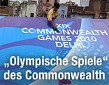 Arbeiter putzen das Logo der Commonwealth-Spiele