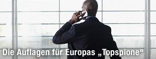 Mann im Anzug telefoniert