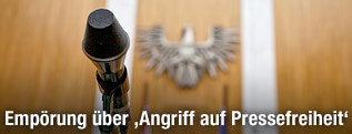 Mikrofon vor Bundesadler