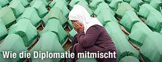 Frau vor Särgen zum Srebrenica-Gedenken