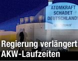 Protest-Projektion auf Atomreaktor Brokdorf