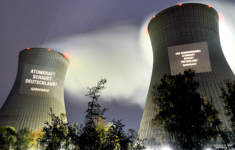 Protest-Projektion auf Atomreaktor Gundremmingen