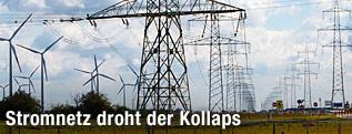 Windkrafträder und Strommasten