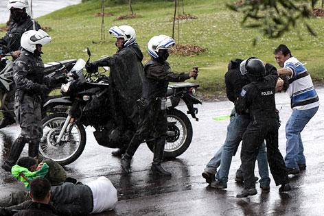 Polizisten in Ecuador greifen Anhänger von Präsident Correa auf