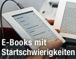 Mann hält Kindle in der Hand