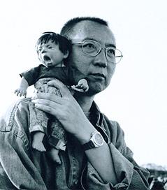 Liu Xiaobo mit Puppe