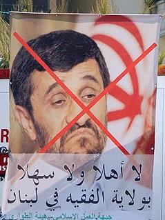 Plakat mit durchgestrichenem Gesicht von Ahmadinedschad in Tripolis