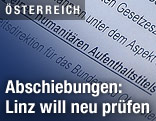 "Zwillingsmädchen vor dem ""Freunde-Schützen-Haus"" in Wien"