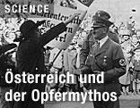 """Heldenplatz in Wien am 15. März 1938: Eine sudetendeutsche Abordnung grüßt am Tag des """"Anschlusses"""" Adolf Hitler."""