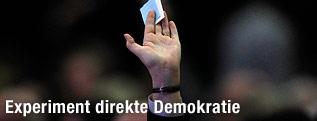 Hand hält Stimmzettel