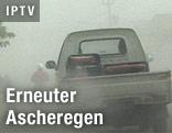 Auto verschwindet in Staubwolke