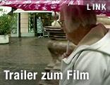 Helga Emperger mit Regenschirm