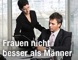 Eine Frau zeigt ihrem männlichen Kollegen im Büro Unterlagen