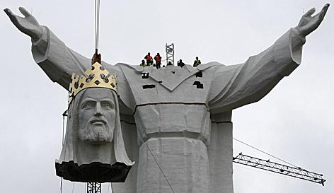 Montage der weltgrößten Christusstatue in Polen
