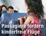Kind steht in einem Flugzeug auf einem Sitz