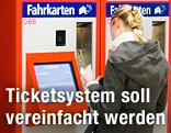 Frau vor Ticketautomaten