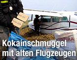 Geschmuggeltes Kokain vor einem Kleinflugzeug