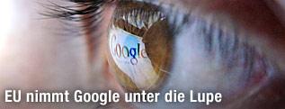 Google-Logo spiegelt sich in einem menschlichen Auge