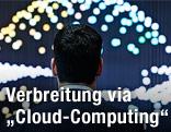 Messebesucher sieht sich eine Lichtinstallation zur Visualisierung von Cloud Computing an