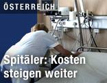 Pflegerin überzieht ein Krankenbett