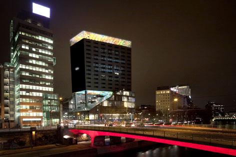 Blick auf Nouvel-Tower bei Nacht