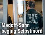 Leichenbeschauer und Polizist im New Yorker Appartmenthaus von Mark Madoff