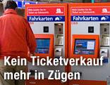 Menschen vor ÖBB-Fahrkartenautomat