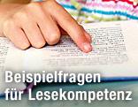 Finger unterstützt beim Lesen in einem Buch